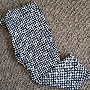 Black and white patterned capris